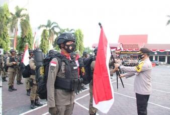 Kapolda Riau Serahkan Sang Merah Putih Saat Lepas Pasukan Brimob Polda Riau Penugasan ke Papua