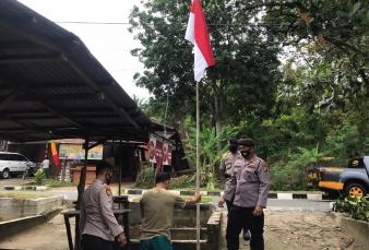 Jelang HUT RI ke-75, Polres Kampar Berikan Bendera Merah Putih Bagi Beberapa Warga Kurang Mampu untu