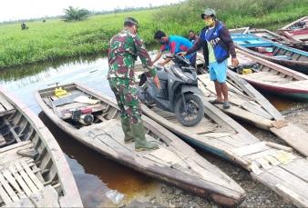 Babinsa Koramil 0313-10/Kunto Darussalam Bantu Warga Terdampak Banjir