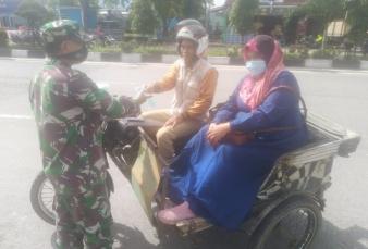 Peduli Sesama, Babinsa Salo Timur Koramil 01/Bkn Bagikan Masker kepada Warga Binaan