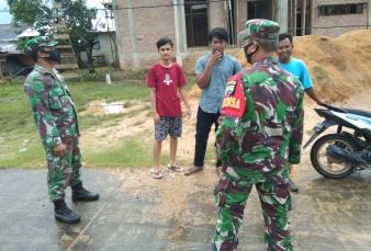 Himbau Warga Pakai Masker, Serma Muhar Babinsa Koramil 13/Rokan Beri Arahan.