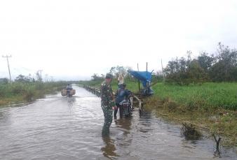 Koptu Yuliarno Pantau Jalan Desa Sontang Menuju Desa Kasang Padang Rohul