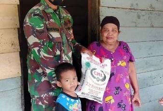Sisihkan Gaji Sendiri, Sertu Mendrayani Bagikan Beras Kepada Warga