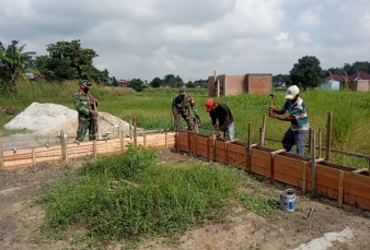 Kerja Nyata Babinsa Koramil 07/Kampar Membantu Pembangunan Rumah Warga Binaan