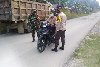Bersinergi Babinsa dab Kepolisian Polsek Kerumutan Terapkan Prokes Diwilayah