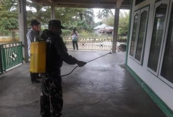 Babinsa Koramil 05/Kampar Kiri Bantu Penyemprotan Disinfektan di Desa Binaan