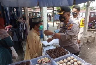Kapolsek Tapung Pimpin Pendisiplinan Protkes dan Bagikan Masker di Pasar Muara Mahat Baru