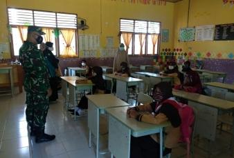 Babinsa Koramil 09/Langgam Dan Tim Kesehatan Sosialisasi dan Edukasi Siswa Dalam Pencegahan Covid-19