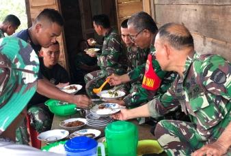 Nikmatnya Makan Siang Bersama Warga di Lokasi TMMD Ke 110