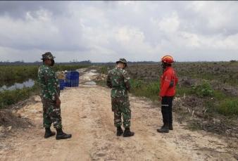 Cegah Karhutla, Babinsa Koramil 03/Bunut Keling Bersama Angota Manggala Agni Rutin Lakukan Patroli