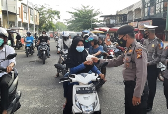 Polres Kampar Kembali Bagikan Takjil Gratis Untuk Masyarakat Jelang Buka Puasa