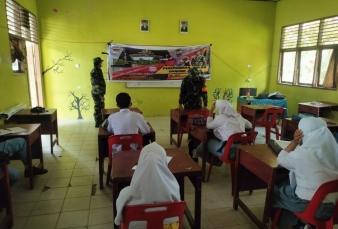 Sambangi Sekolah, Babinsa Koramil 16/Tapung Sosialisasikan Penerimaan Prajurit TNI AD