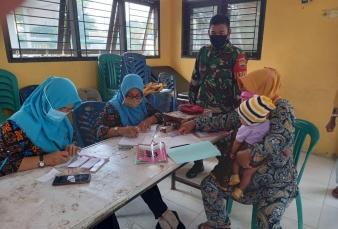 Babinsa Koramil 16/Tapung Dampingi Petugas Kesehatan Berikan Pelayanan Posyandu