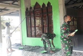 Babinsa Kabun Bersama Warga Gotong Royong Pengecatan Mushala AT Taqwa