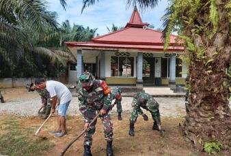 Anggota Koramil 16/Tapung Bersama Warga Goro Bersihkan Mushola AT. Tauhid
