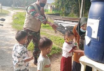 Babinsa Melaksanakan Sosialisasi Covid-19 Kepada Murid SD di Wilyah Binaan