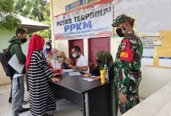 Babinsa Koramil 01/BKN Pantau Pendistribusian Bansos Selama PPKM Dari Kemensos RI