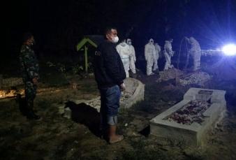 Dampingi Pemakaman Covid-19, Babinsa Himbau Warga Prokes