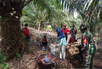 Memasuki Musim Panas Babinsa Koramil 15/KK Gencarkan Patroli Karhutla Diwilayah Binaan